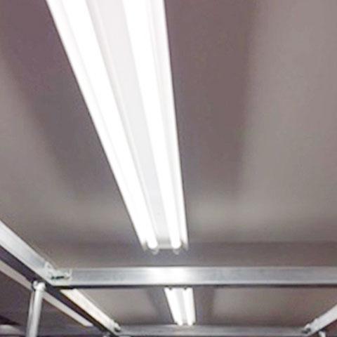 工場内の照明には、LED電球を使用し、電力消費量を削減しています。